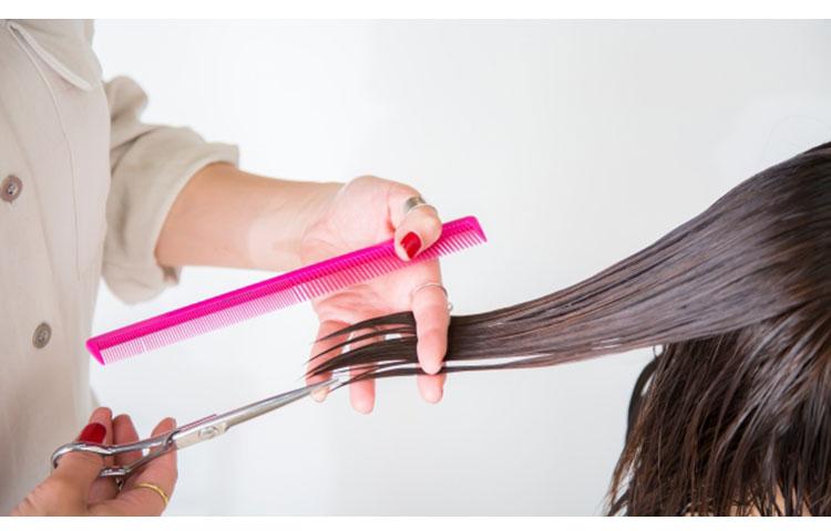 ビビリ毛をカットしている写真